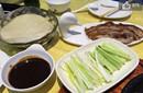 解馋!闵鹿蕾陪家人吃烤鸭 球迷:吃鸭对北京不利
