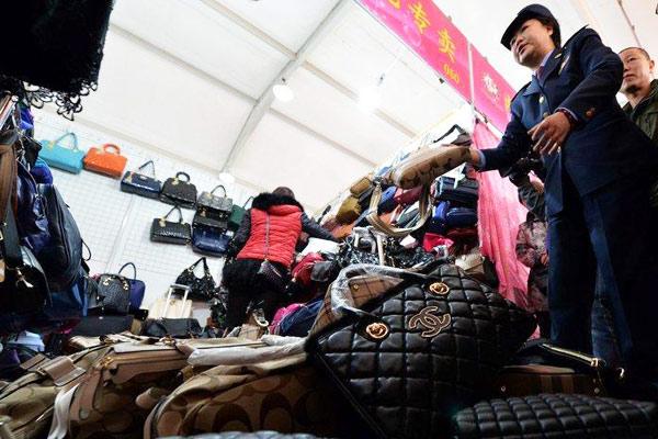 北京工商集市查抄大量涉假名牌包