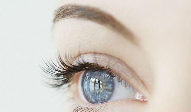 美国医生新研究 双眼无需美瞳即可由褐变蓝