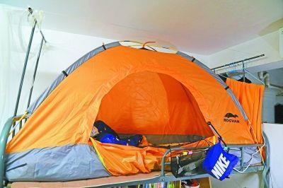 室友打游戏太吵 男生床上搭帐篷