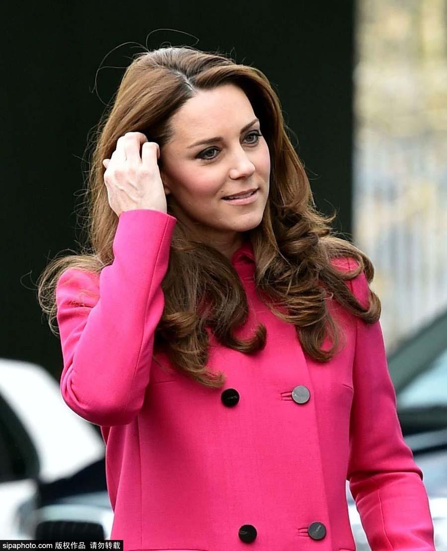 凯特王妃访问慈善机构 收鲜花开心大笑