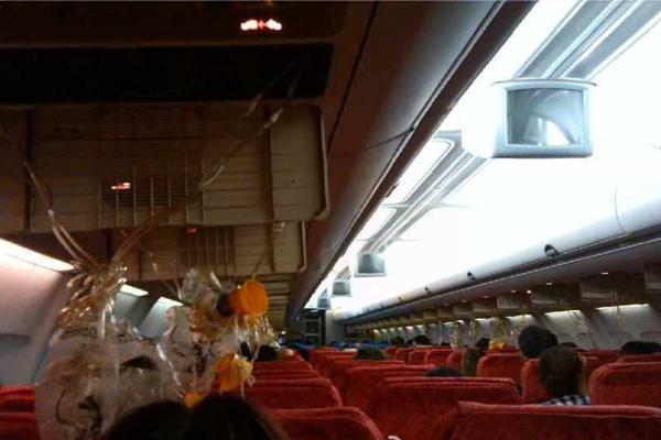 泰国东方航空航班紧急备降昆明 空姐吓哭