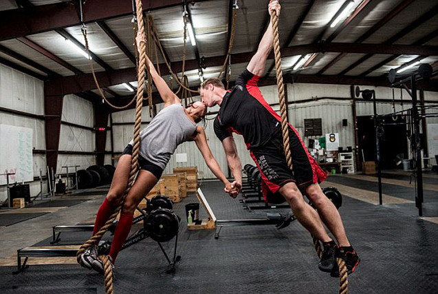 美情侣拍摄高难度双人健身照庆祝订婚