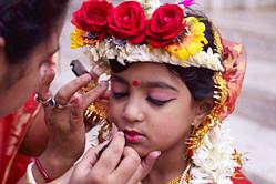 印库玛丽女童精心装扮迎接传统节日