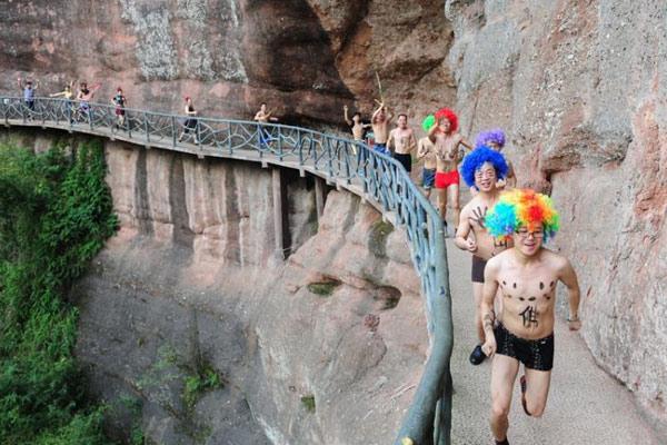 湖南举行光猪跑活动 选手挑战悬崖峭壁