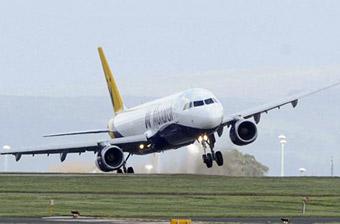 英国一架客机降落时被大风吹起