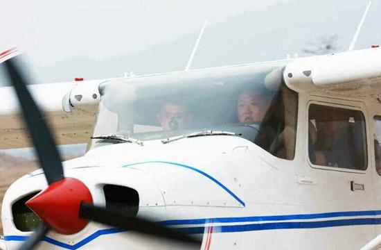 金正恩驾驶轻型飞机画面曝光