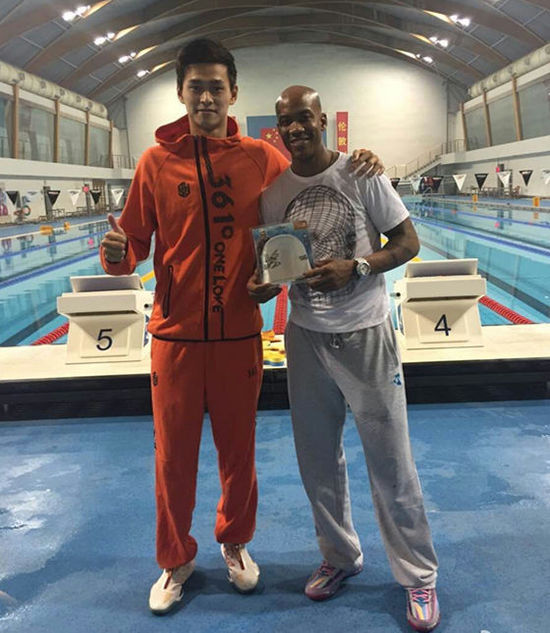 马布里探营孙杨备战 合影奥运冠军获赠签名泳帽