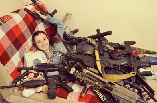 俄罗斯小美女家里枪械成堆