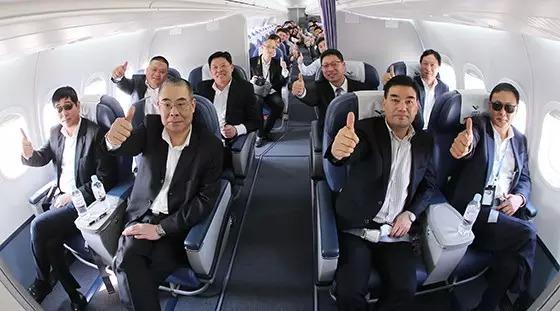 ARJ21-700飞机首批客户代表登机体验演示飞行
