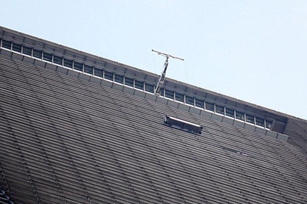上海环球金融中心91楼遭升降平台撞击