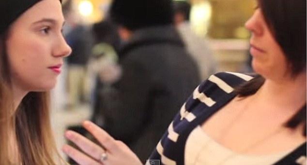美女子为拍视频 纽约车站亲吻陌生人