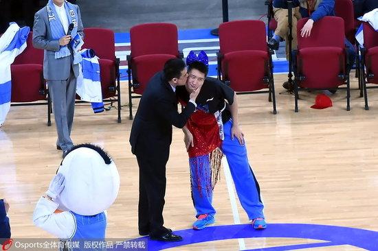 北京夺冠庆祝答谢球迷 孙悦歌舞冠全场闵帅献吻