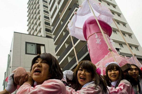 日本民众欢庆男根节 祈祷带来好运