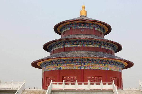 武汉一农村豪华公墓似天坛