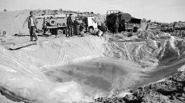 腾格里沙漠部分遭污地被掩埋 记者采访被限自由