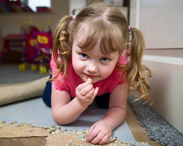 英国4岁女孩患异食癖 最爱吃地毯