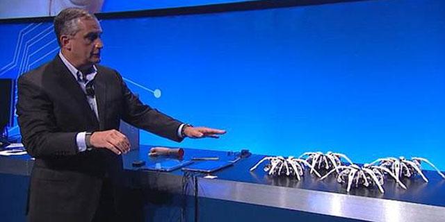 英特尔CEO展示遥控蜘蛛机器人:通过智能腕带控制