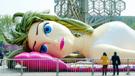 南京超大性感充气女郎横躺街头