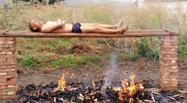 云南小伙裸体火烤癌细胞(组图)