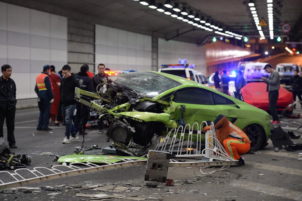 北京:鸟巢附近法拉利撞毁兰博基尼 国内新闻 环球网