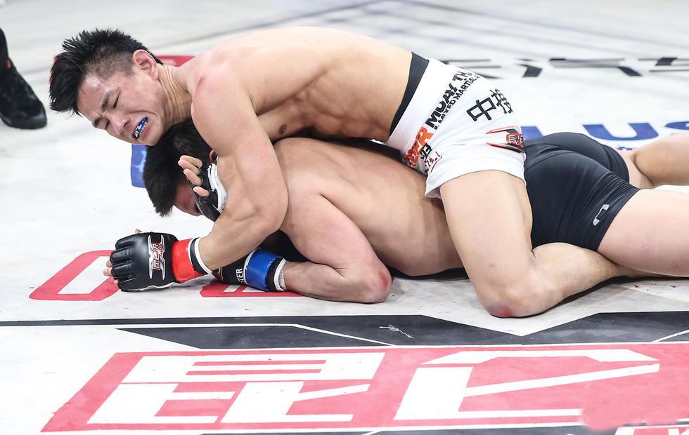 高清:杨建平暴揍日本拳王 背后裸绞绝杀对手