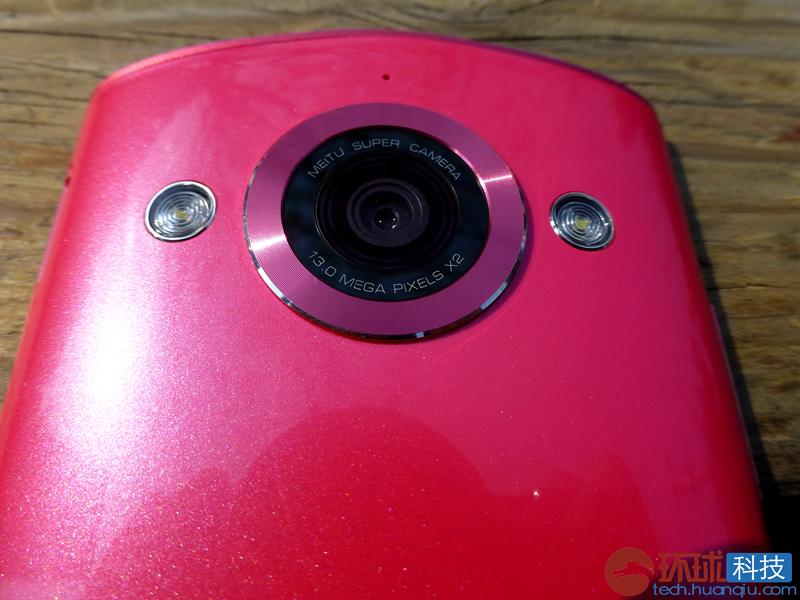 美图M4的摄像头采用了索尼全新换代的1300万像素前置摄像头,拥有