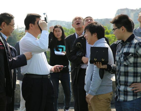 广州市长陈建华上手体验亿航GHOST无人机