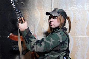 叙利亚战场前线女兵面容娇嫩