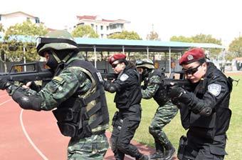 武警特战与公安女特警并肩作战