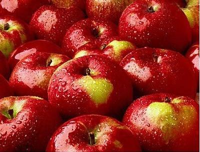 催红素增色用膨大素催个,催红素增色,防腐剂保鲜。过量使用膨大素、催红素、防腐剂会伤害肝脏。零售果贩还会给苹果打上工业石蜡,目的是保持水分,是果体鲜亮有卖相。