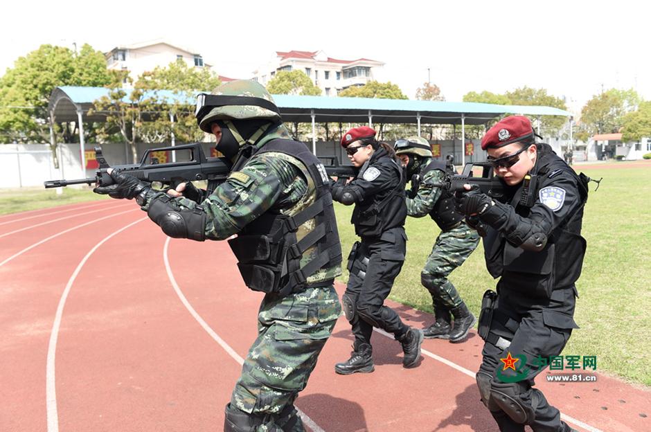 武警特战队员和女特警队员进行搜索战术训练.沙煜博摄 4月15日,武图片