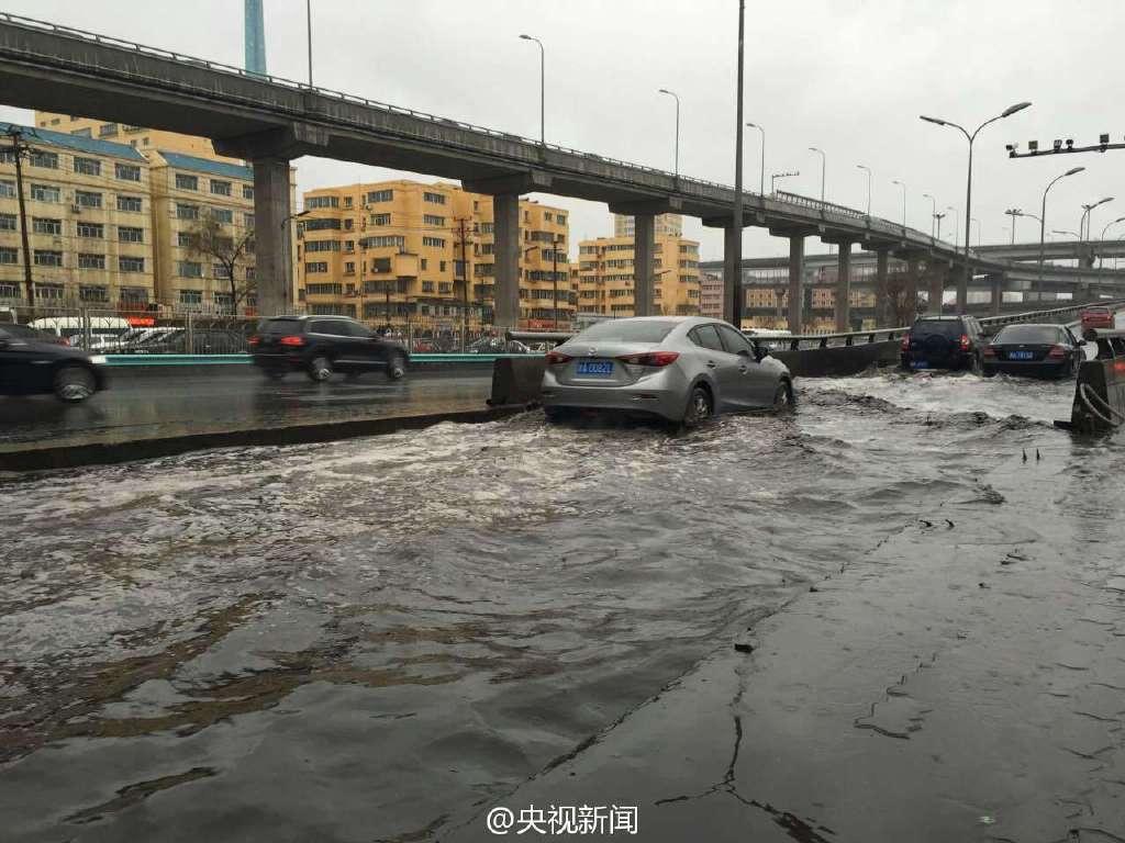乌鲁木齐大雨 道路变