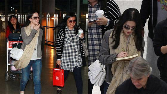 刘亦菲清纯装扮出机场 遭粉丝围堵索签名甜笑
