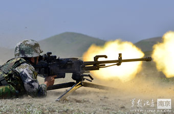 解放军重机枪射击训练火舌喷涌
