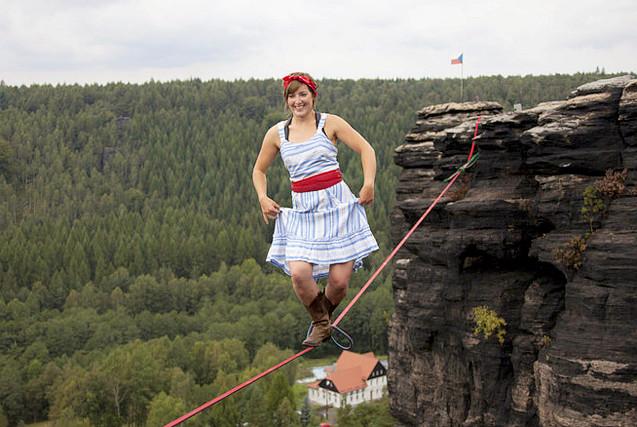 """捷克女性冒险团穿裙子走绳索似""""小龙女"""""""