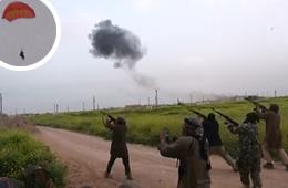极端武装举枪对准弹射跳伞飞行员狂射