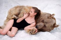 俄女模与棕熊拍性感写真 反猎杀动物