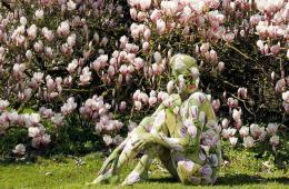环球图片一周精选 德艺术家彩绘模特隐身花树