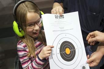 美国教小孩射击小萝莉枪法不错