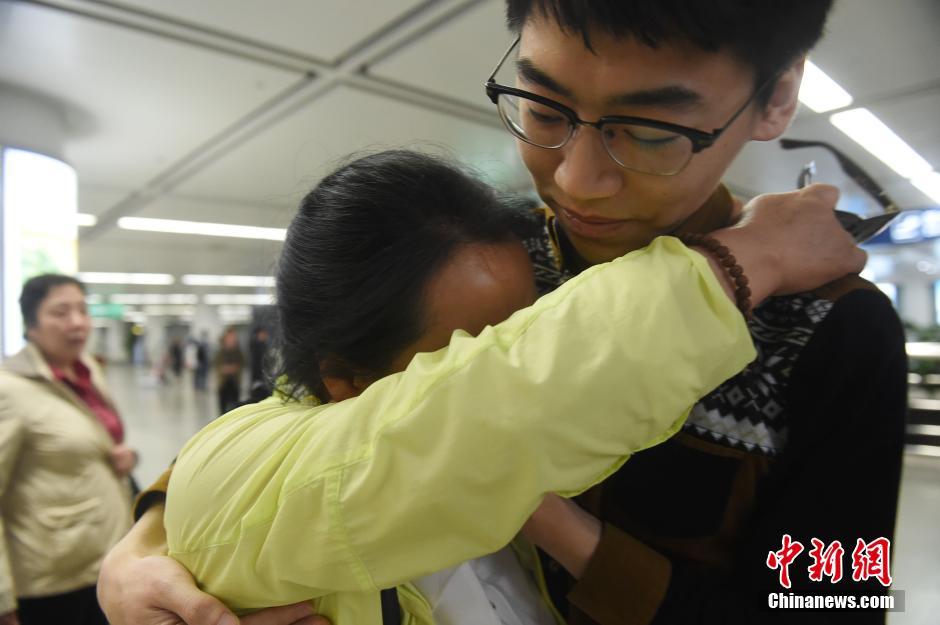 首批中国滞留尼泊尔游客平安回家