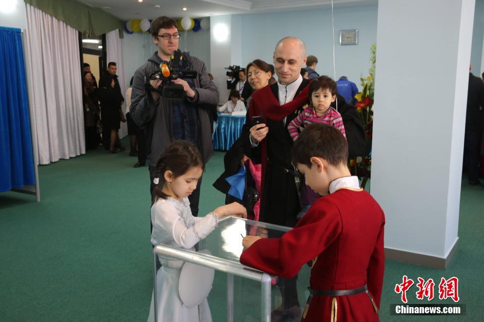 26日7时整,哈萨克斯坦非例行总统选举投票在全国9741个投票站全图片