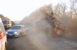 乌克兰装甲车为避小汽车翻进路边沟中