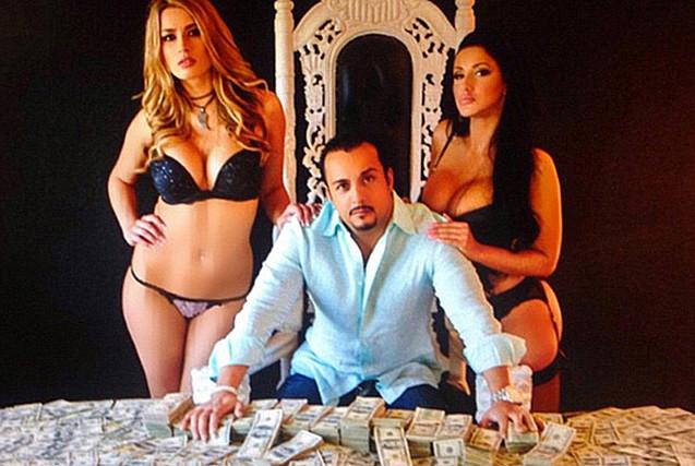美亿万富翁疯狂炫富 现金撒满地
