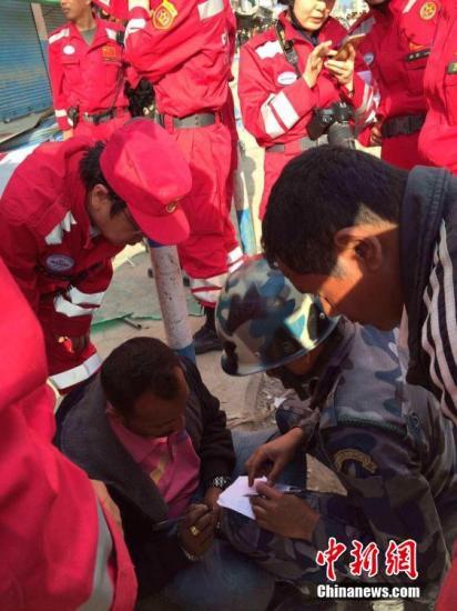 中国救援队在尼泊尔再救出一名幸存者