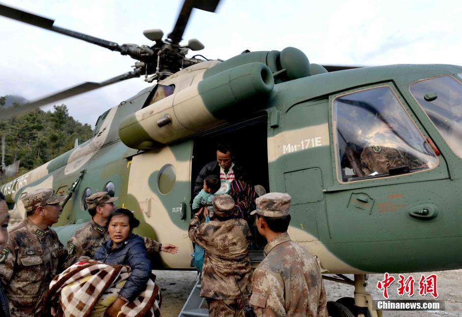 中国军方动用军机转运西藏吉隆受困民众