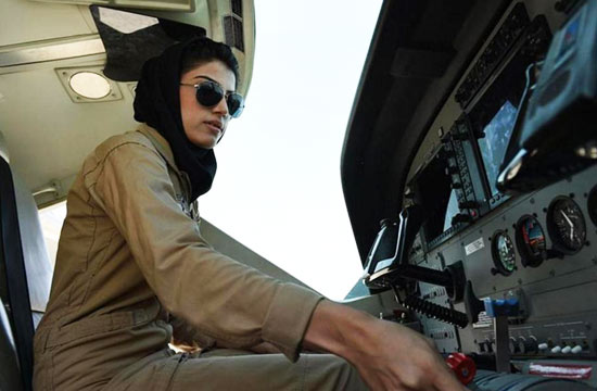 阿富汗首位女飞行员颜值颇高