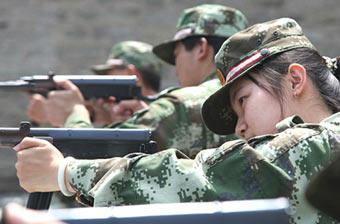 女白领进军营体验神枪手怎炼成