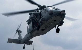 东海海域美军进行索降训练