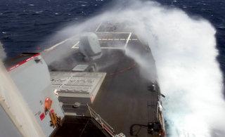 宙斯盾战舰迎着巨浪转弯